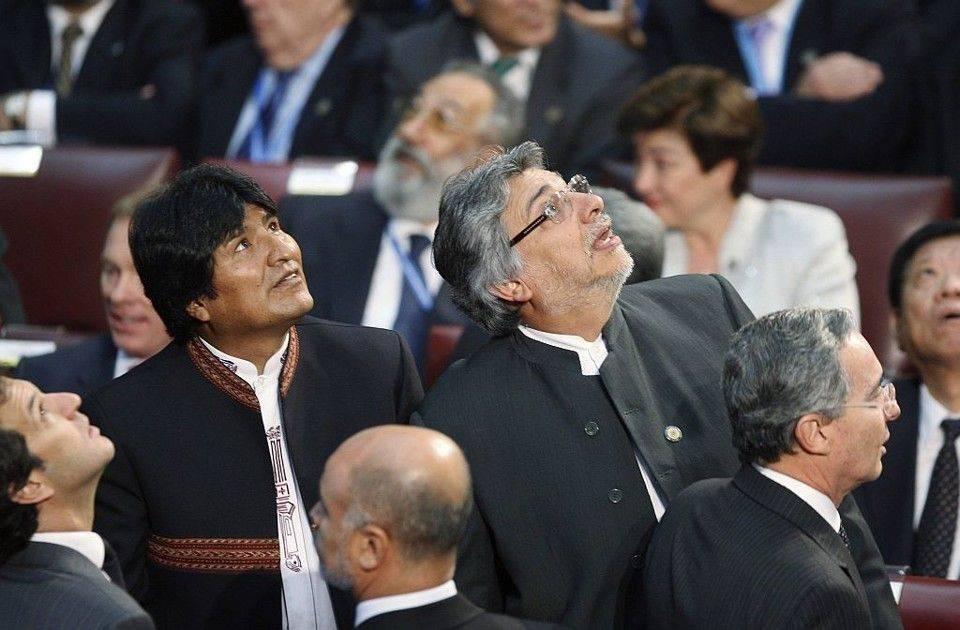 Os presidentes Evo Morales (Bolívia) e Fernando Lugo (Paraguai) e outros chefes de estado observam os lustres do salão de honra do Congresso Nacional do Chile balançando durante tremor no momento da posse de Sebastián Piñera, em 2010.