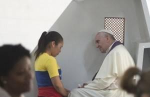 Papa atende confissões na Jornada Mundial da Juventude de 2013, no Rio de Janeiro (crédito: L'Oservatore Romano/Reuters)