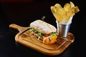Sanduíche do Bobardí é servido em ciabatta e pode-se pedir para trocar o cheddar e a maionese por opções veganas. Foto: Marcelo Krelling/Divulgação