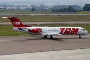 Fokker 100 da TAM, matrícula PT-MRA, foi o primeiro a operar no Brasil (Foto gentilmente cedida por Afonso Delagassa)