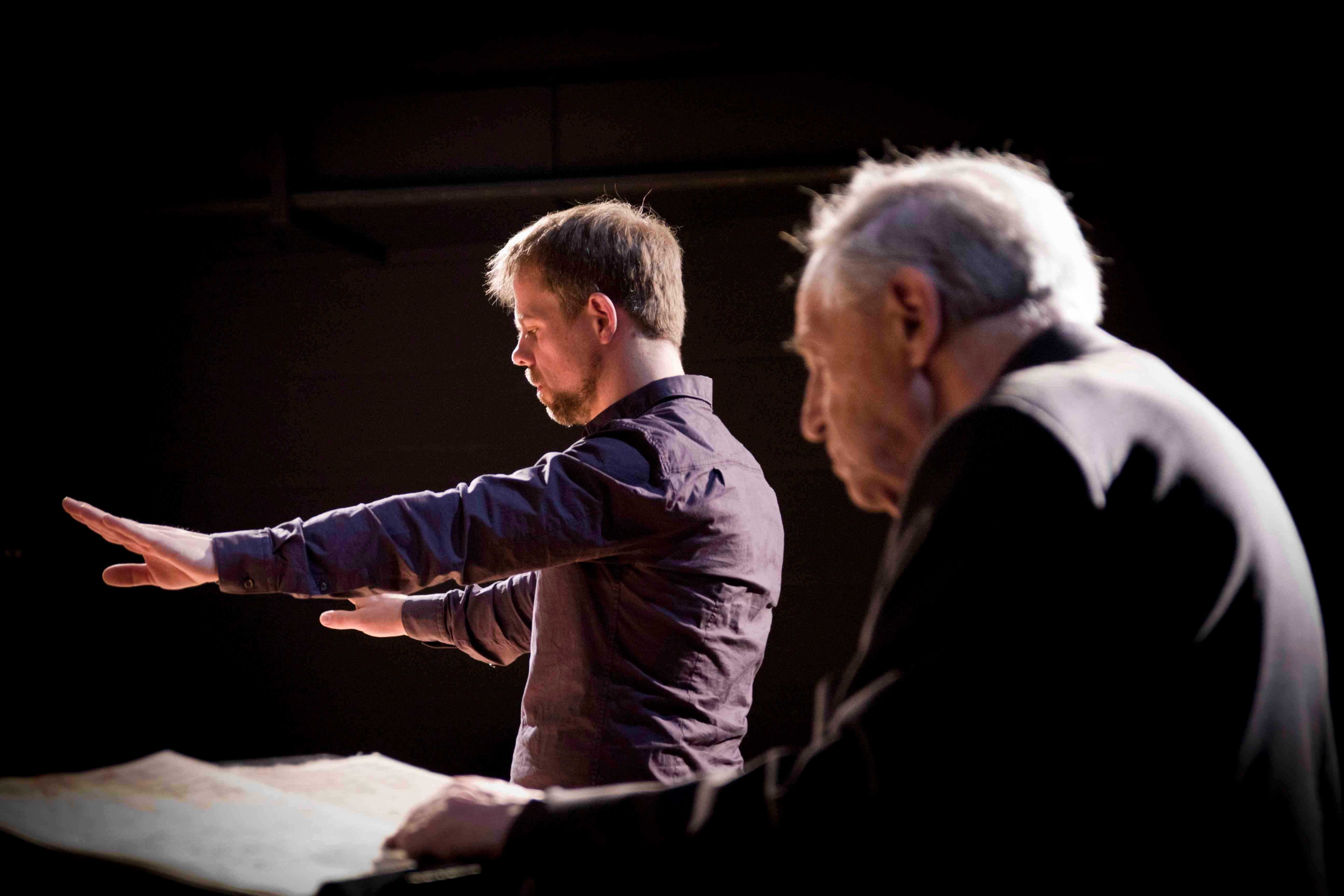 Boulez com o jovem maestro alemão Ulrich Pöhl