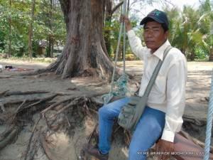 O homem teve sorte porque o solo oceânico de Phuket segura o peso das ondas