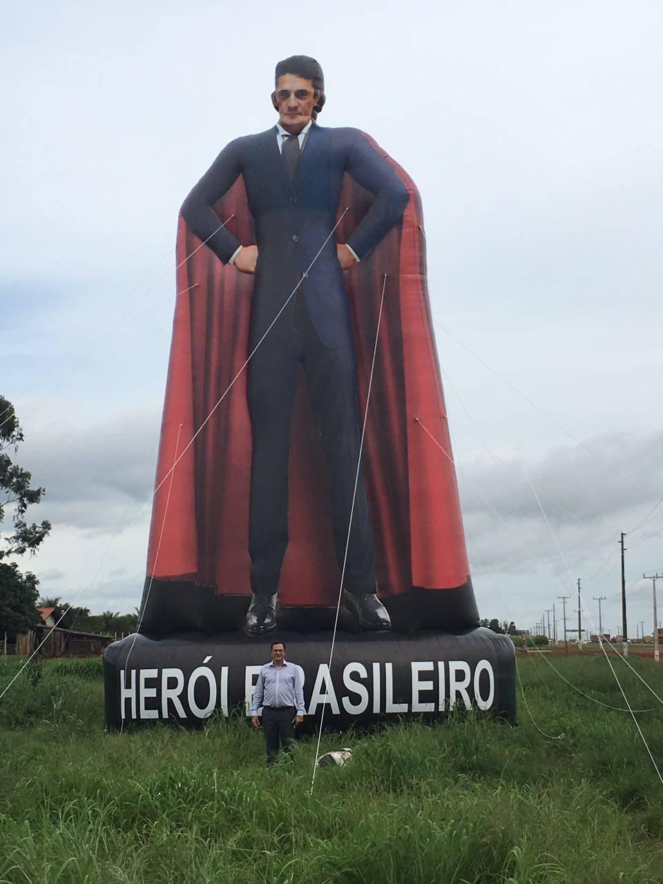 O boneco tem dupla face: de um lado, o juiz de Super Homem, do outro, o juiz de terno e gravata. Foto: Arquivo Pessoal