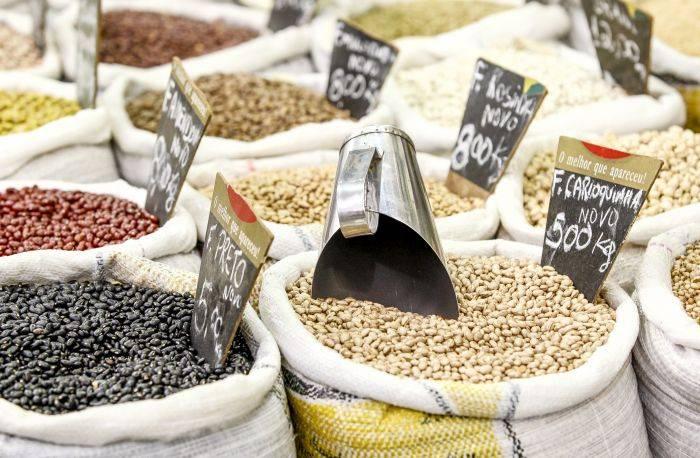 Leguminosas, como as variedades de feijão, e grãos, como arroz, merecem atenção especial na hora de comprar. Foto: Hugo Harada/Gazeta do Povo