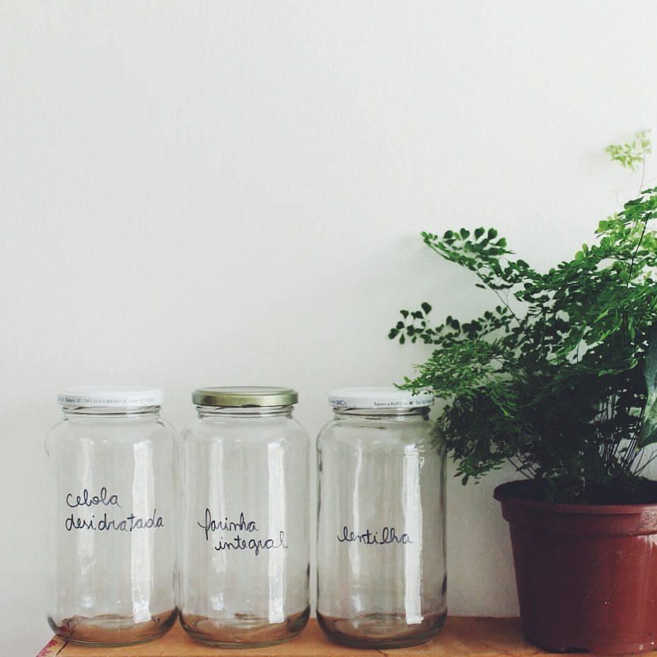 Ideia da Cristal Muniz, do blog Um Ano sem Lixo: escrever nos potes os produtos a serem comprados. Foto: Cristal Muniz/Arquivo pessoal