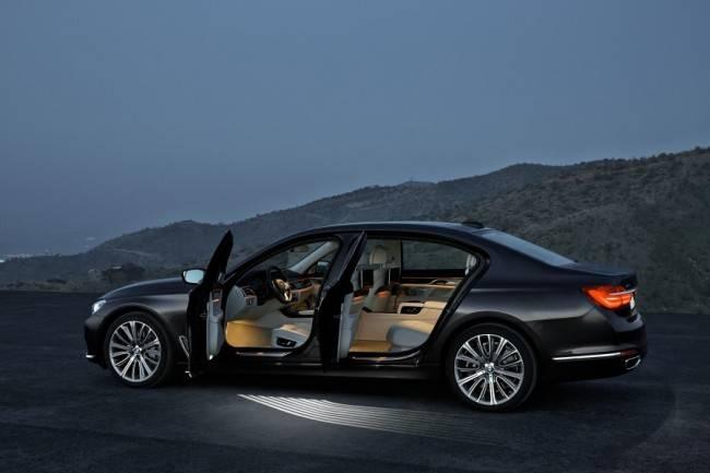 Ao abrir as portas, luzes de boas vindas acendem em torno do carro, exaltando o cuidado com os detalhes, que fazem da BMW uma marca de luxo.