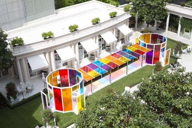 A colorida instalação de Daniel Buren no jardim do Le Bristol Paris.