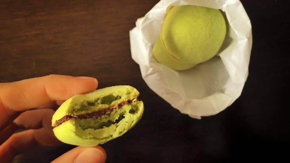 Macaron de pistache com ganache de chocolate da Artisan Confeitaria. Foto: Flávia Schiochet/Arquivo pessoal