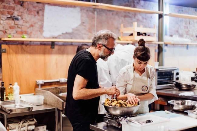 O chef italiano Massimo Bottura cozinhando no RefettoRio Gastromotiva. Foto Angelo Dal Bó