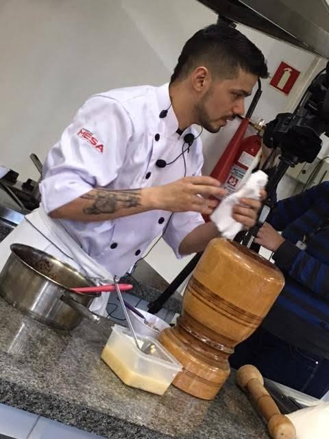 O chef Lênin na aula do Mesa ao Vivo Paraná em junho mostrando que também faz pesquisa para definir o menu do Nômade