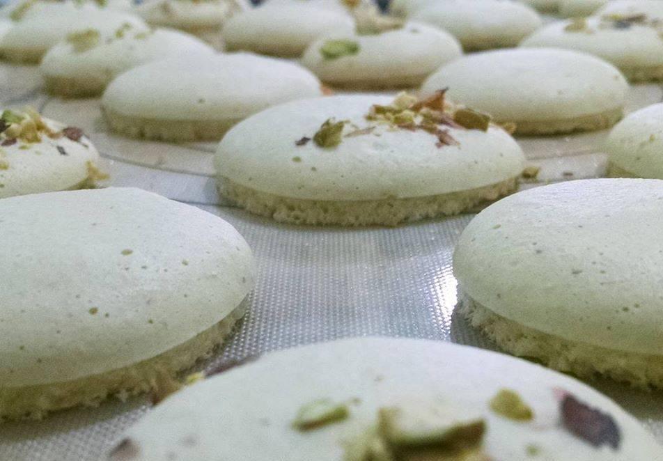 A descoberta de Joël possibilitou muitas novidades no mercado vegano, como este macaron feito com aquafaba da Artisan Confeitaria. Fazem até o
