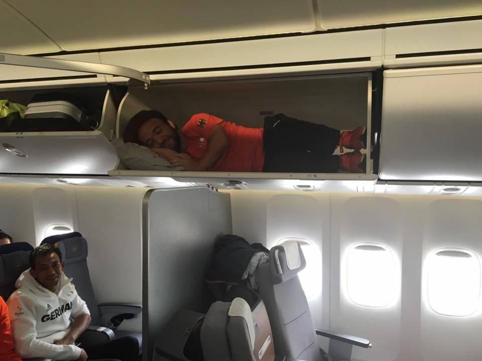 Mathias Mester no bagageiro do avião. (Reprodução/Facebook)