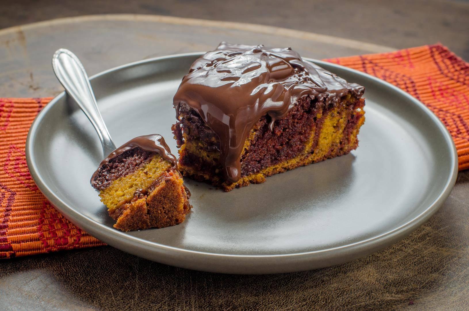Bolo mesclado de cenoura e beterraba com cobertura de chocolate meio amargo. Foto: Rafael de Andrade/Divulgação