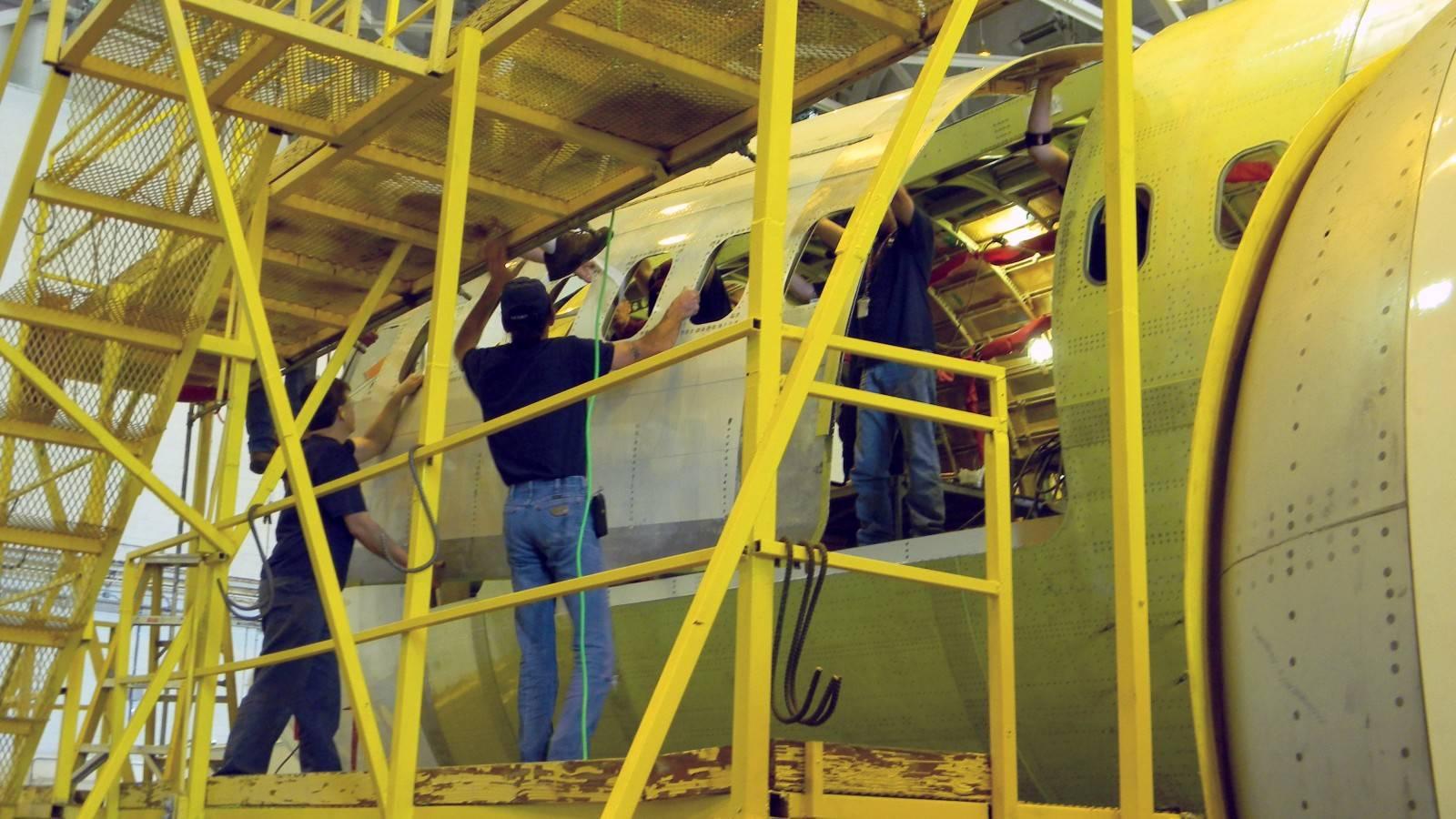 Processo de conversão em um Boeing 737-400 (Foto: Divulgação/Pemco)