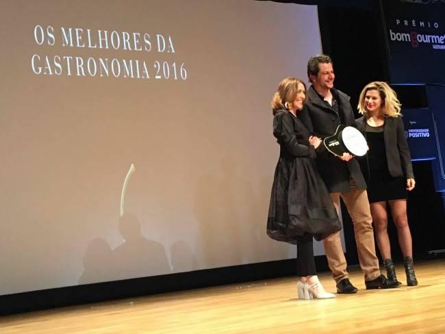 Beto Madalosso recebendo o prêmio de melhor
