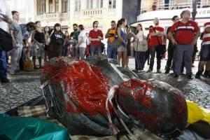 Busto derrubado de Suplicy de Lacerda. Foto: Daniel Castellano/Gazeta do Povo.