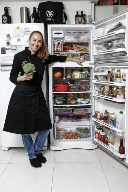 Gabriela Carvalho, na foto de André Rodrigues, mostra sua geladeira  cheia de grãos e produtos das feiras orgânicas para matéria do Bom Gourmet