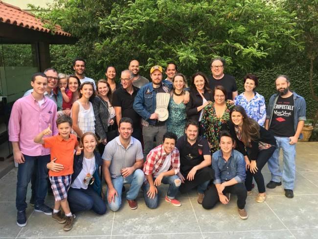 Família da Manu, equipe do restaurante e chefs que iriam cozinhar para o convidado