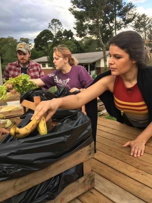 Separando os alimentos que seriam descartados para alimentar os animais da Casa da Videira
