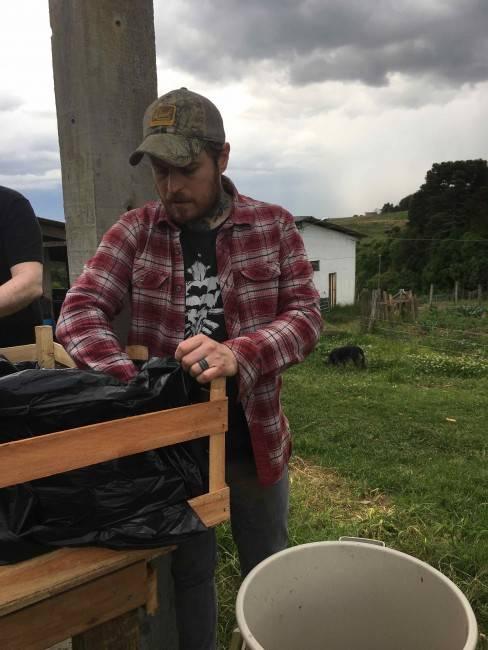 O chef londrino Lee Tiernan na Casa da Videira ajudando a separar ingredientes para alimentas os animais da Casa da Videira que seriam descartados