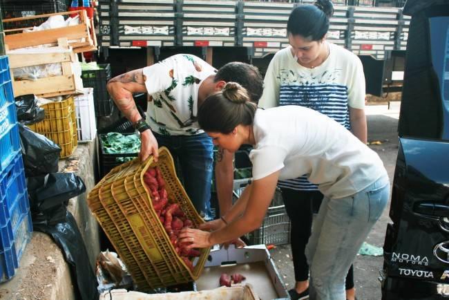 A chef Manu Buffara e Gabrielle Mahamud, do Good Truck, no Ceasa, em dia de coleta