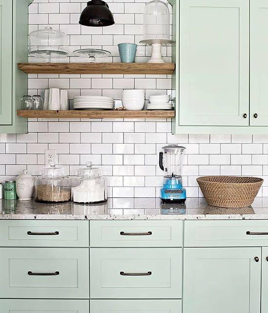 Azulejos em branco, verde menta e tons de madeira crua. Foto: Pinterest.