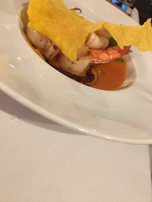 Ponto perfeito dos frutos do mar, um crocante de polenta e sabor marcante do caldo