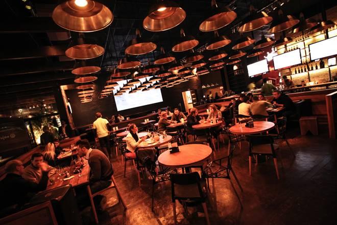 +55 Decoração da área interna do bar