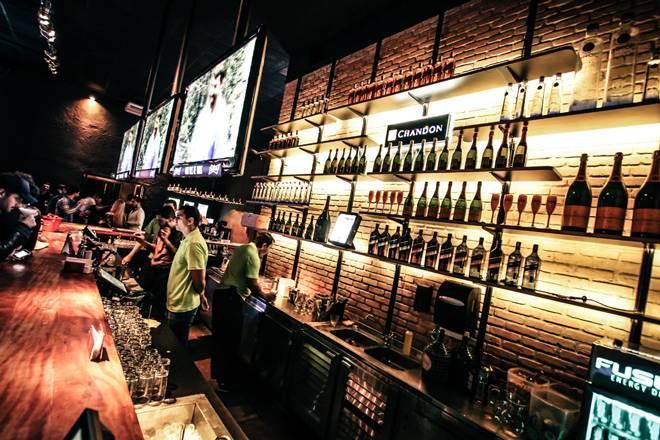 +55 Bar com diversos tipos de bebidas e cocktails