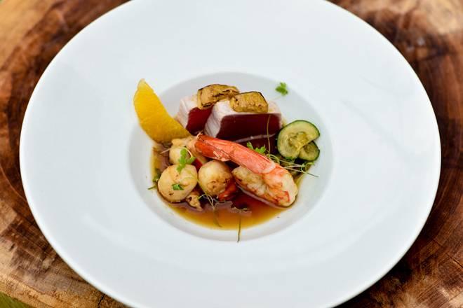 +55 Pot pourri do mar (atum selado, mel de laranjeira, foie gras, confit de laranja, camarão e vieiras flambados ao Pernot, ao molho ponzu)