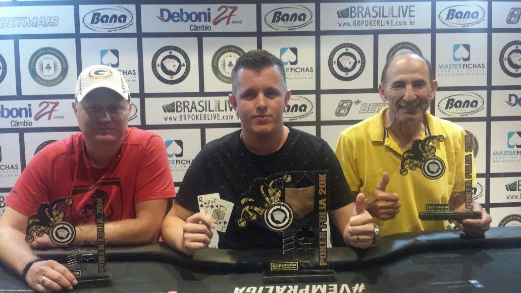 Jeferson Oliveira (centro), foi o vencedor do Poker Folia, na Liga Curitibana, faturando R$ 6 mil. Foto: Divulgação