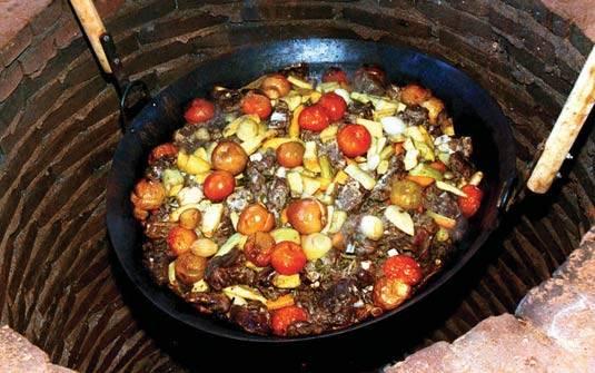O Carneiro no buraco pronto para o consumo, com frutas e legumes cozidos juntos, por longo tempo, no tacho. (Foto/ Divulgação)