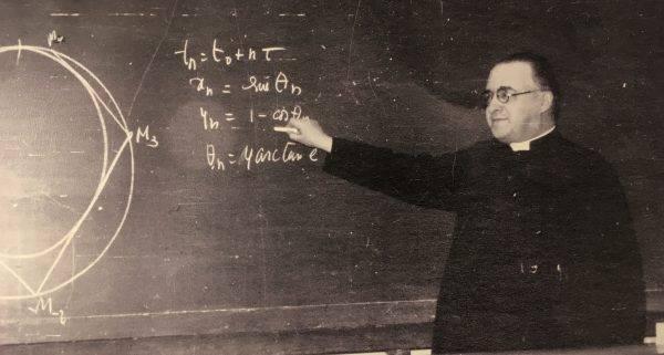 O padre Georges Lemaître, pioneiro da teoria do Big Bang, foi estudante nas universidades de Cambridge, Harvard e MIT, e professor na Universidade Católica de Louvain, na Bélgica. (Foto: Reprodução)