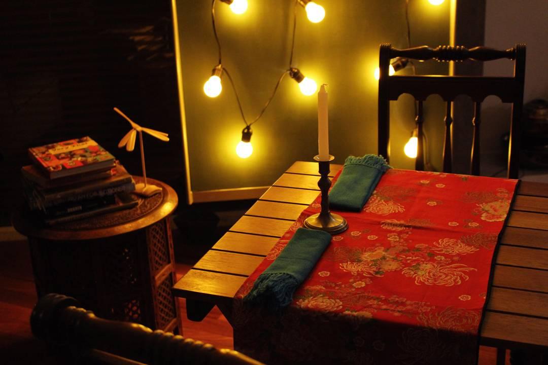 Ambiente aconchegante com mesa a luz de velas e decoração tailandesa no Labthai | Por Lorenzo Bernardi