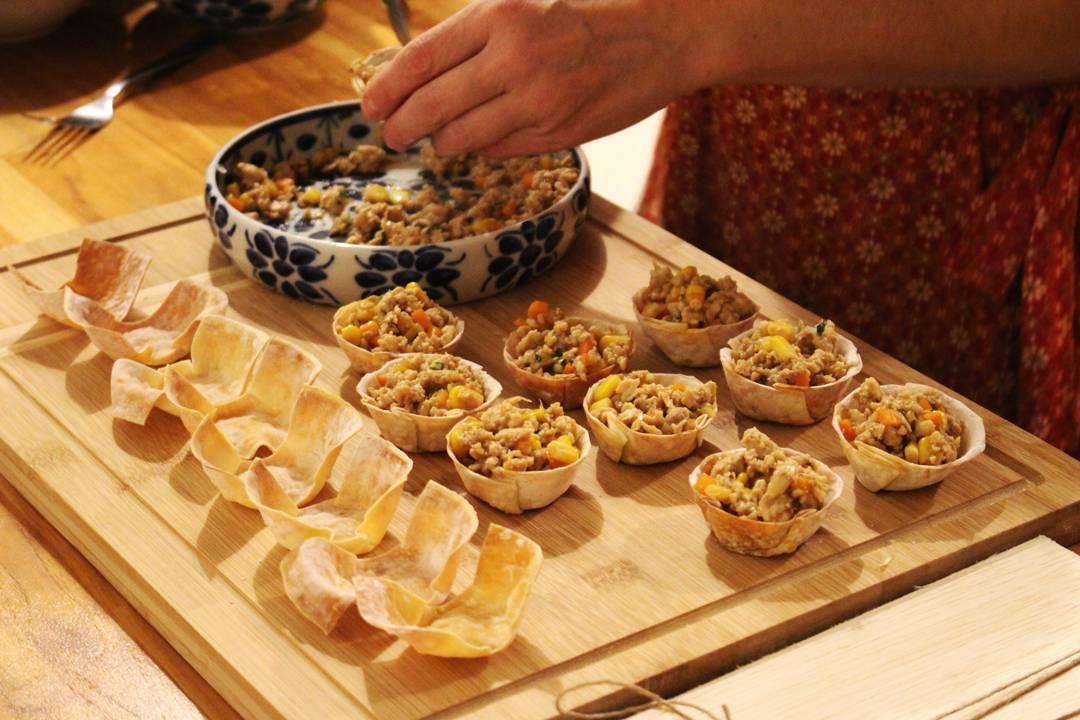 Daniela preparando cestinhas crocantes de frango tailandês na cozinha do Lab.thai | Por Lorenzo Bernardi
