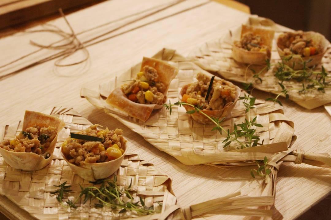 Cestinhas crocantes de frango tailandês na cozinha do Lab.thai | Por Lorenzo Bernardi