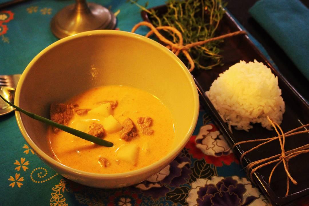 Curry de massaman servido com mignon, batatas, amendoim e arroz de jasmim | Por Lorenzo Bernardi