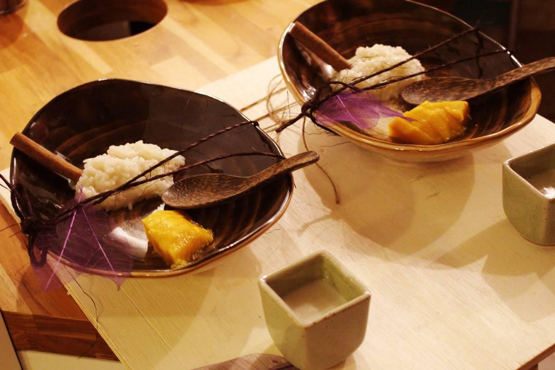 Khao Niew Mamuang: arroz moti doce com calda de leite de coco, manga e gergelim | Por Lorenzo Bernardi