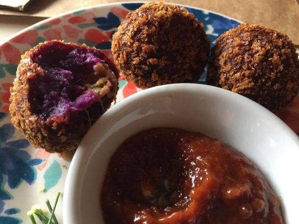 Bolinho de jaca com batata-doce roxa e barbecue da casa. Foto: Flávia Schiochet/Arquivo pessoal