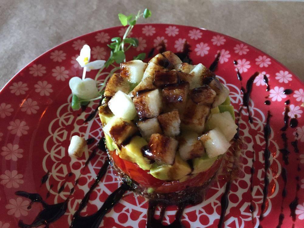 Torre de quinoa com tomate, abacate, maçã verde e balsâmico. Foto: Flávia Schiochet/Arquivo pessoal