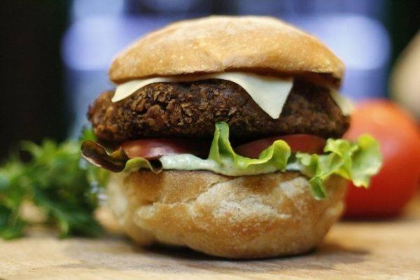 Veg Burguer, hambúrguer vegano do bar Simples Assim. Foto: Divulgação