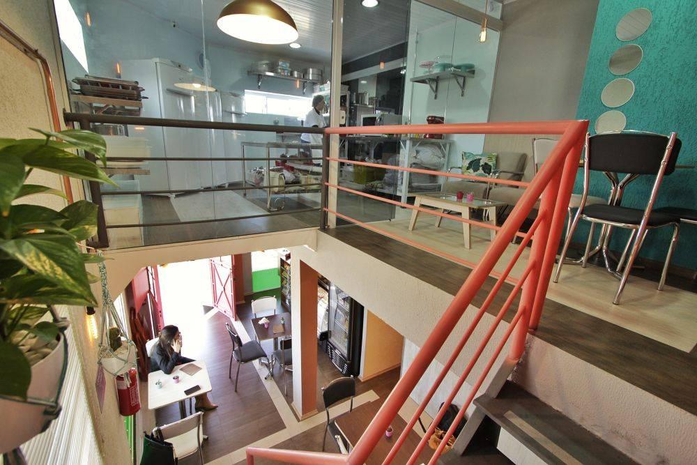 A confeitaria tem 17 lugares distribuídos em dois andares. Antes de ser a Doces & Cores, o imóvel era um escritório. Foto: Apneia Filmes/Divulgação