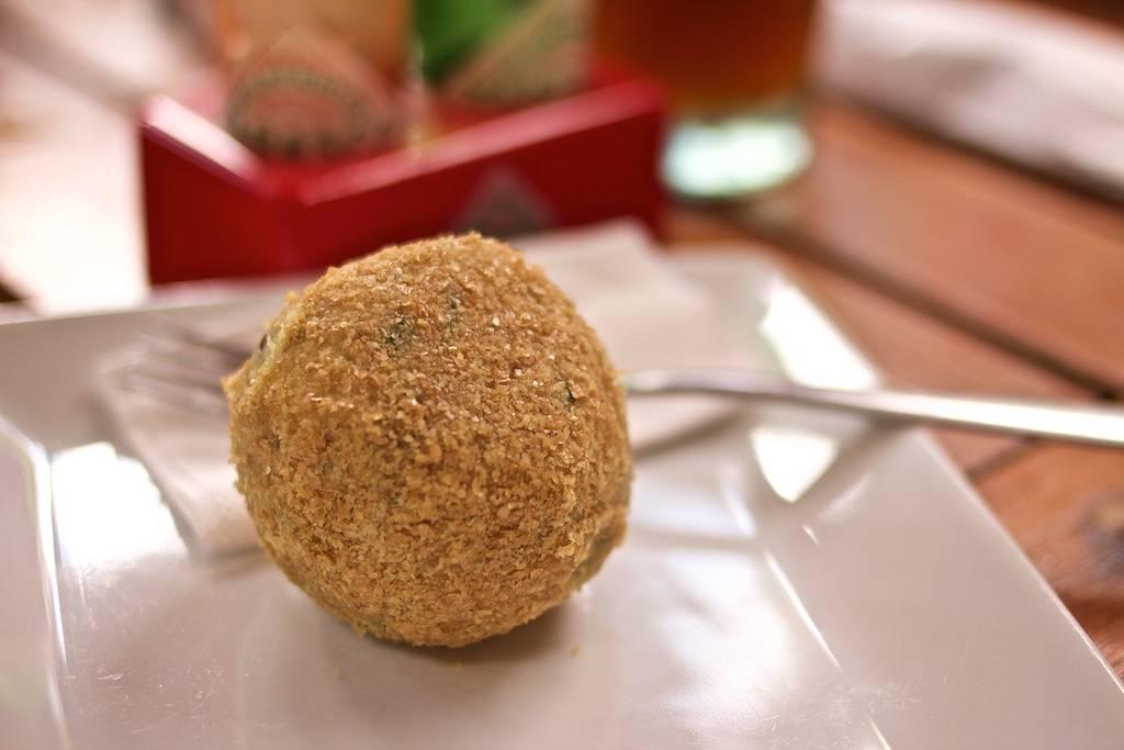 Aberto no início de 2017, O Mateiro Orgânico começou a servir o salgado de batata-doce com quinoa, uma opção vegana original e saborosa. Foto: Apneia Filmes/Divulgação