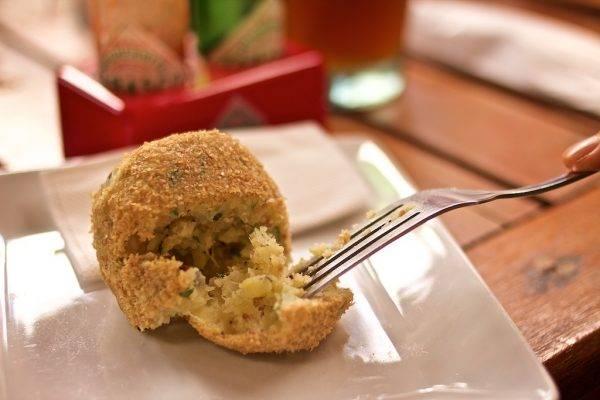 Bolinho salgado de batata-doce não leva glúten e é finalizado apenas com farinha de linhaça, sem ir ao forno ou fritar. Foto: Apneia Filmes/Divulgação