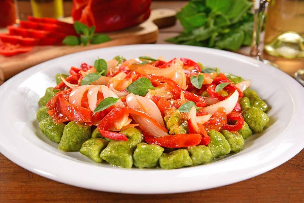 Nhoque de espinafre com molho de tomate e pimentões da Originale. Foto: Divulgação
