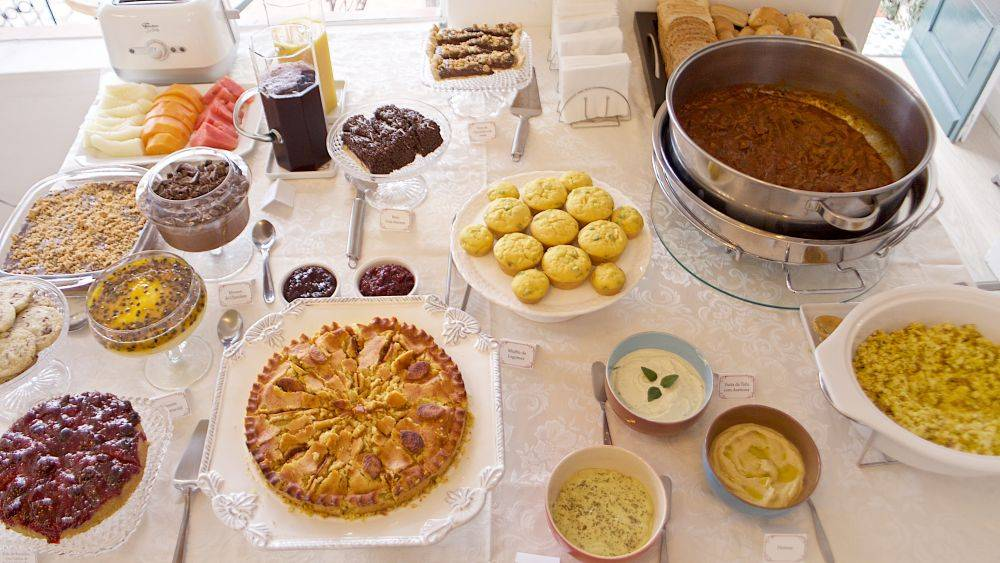 Café colonial servido em outubro na Bake It - Delícias Veganas. Foto: Apneia Filmes/Divulgação