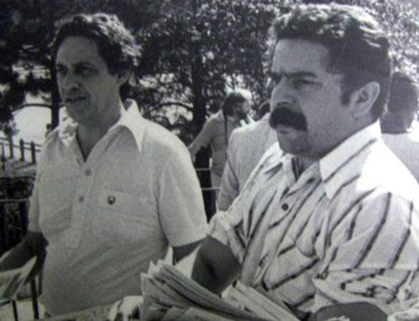 FHC e Lula distribuem panfletos a operários em 1978.