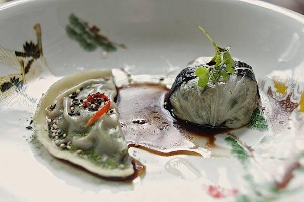 Duo de dumplings: bifum e legumes na acelga e wonton (massa de trigo) recheado de legumes. Foto: Apneia Filmes/Divulgação