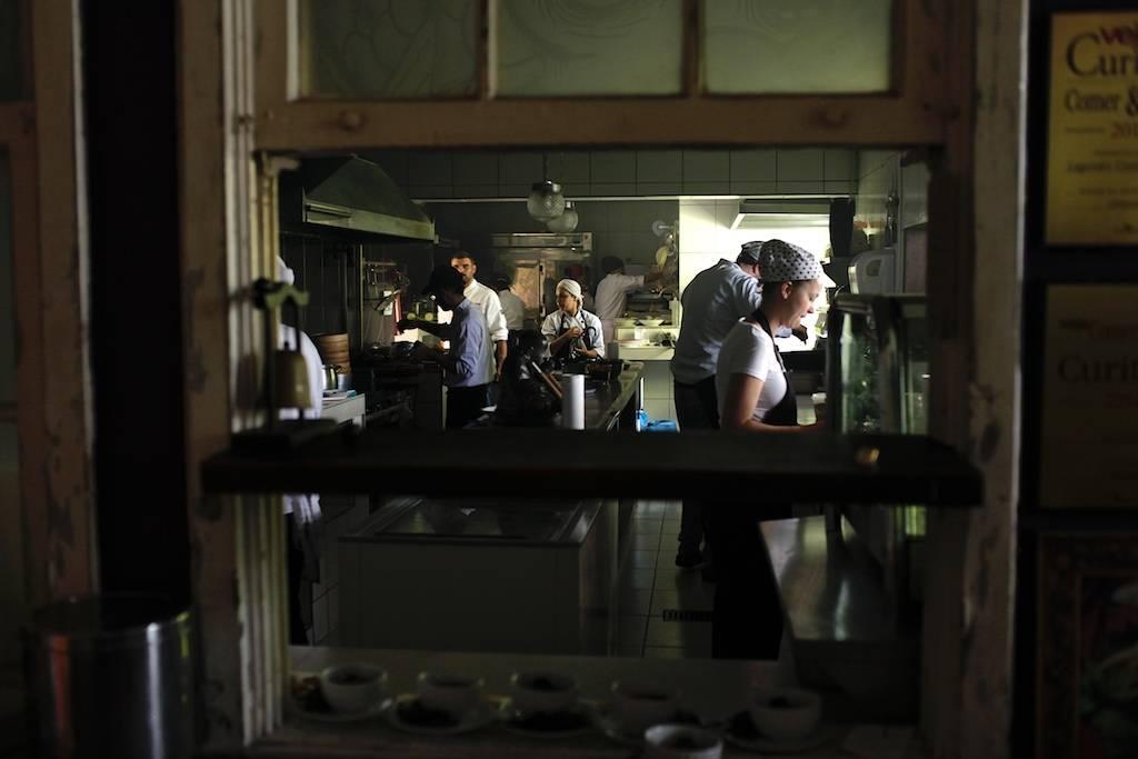 A cozinha do Lagundri trabalhando a mil para atender 70 pessoas no lançamento do menu degustação vegano. Foto: Apneia Filmes/Divulgação