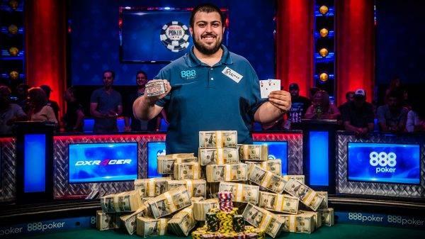 Americano Scott Blumstein foi o grande campeão do Mundial de poker 2017. Grandes premiações chamam atenção no poker. Foto: Divulgação/WSOP/Fabfotos